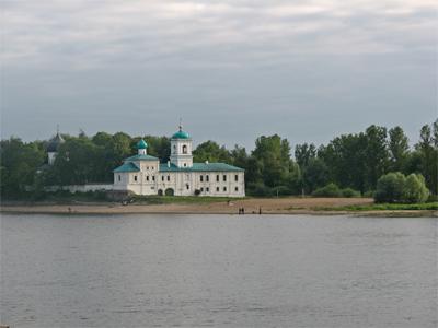 Мирожский монастырь. Слева Спасо-Преображенском собор (1156). Фото: Елена Рембовская
